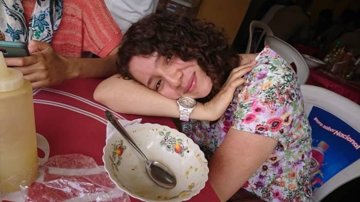 Valeria después de comer encebollado